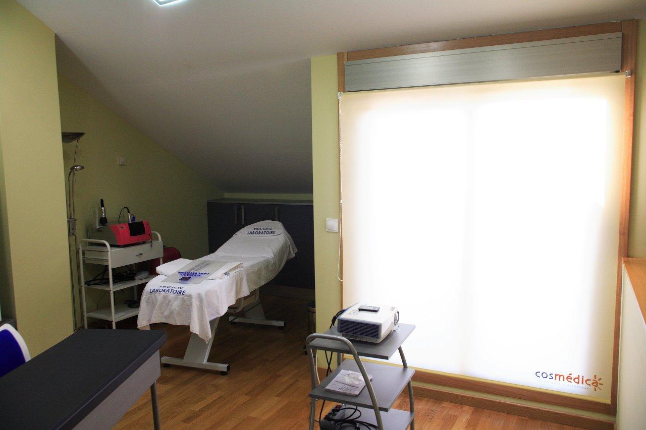 Camilla y material formativo en las instalaciones de cosmédica